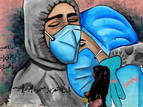 MURAL SHOWING MASK-CLAD MOURNERS IN THE NUSEIRAT REFUGEE CAMP IN CENTRAL GAZA ON NOVEMBER 16, 2020. (PHOTO: ASHRAF AMRA/APA IMAGES)